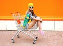 Arbeiten Sie lächelnde Hippie-Frau um, das Spaßtragen habend Sonnenbrille Stockbild