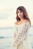 Arbeiten Sie Lebensstil, schöne junge Frau auf dem Strand bei Sonnenuntergang um Stockfotos