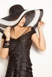 Arbeiten Sie Mädchen in einem großen Hut im Studio um Lizenzfreie Stockbilder