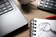 Arbeiten Sie mit Taschenrechner, Laptop, Stift und Tasse Kaffee auf dem Holztisch Stockfoto