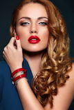 Arbeiten Sie Nahaufnahme sexy stilvolles blondes mit den roten Lippen um Stockbilder