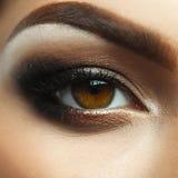 Arbeiten Sie Nahaufnahmefoto des weiblichen Auges mit nettem Make-up um Lizenzfreies Stockbild