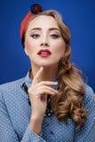 Arbeiten Sie Nahaufnahmefoto junger ausgezeichneter blonder Frauengeste L um Stockbild