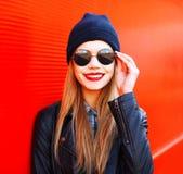 Arbeiten Sie Porträt blonde lächelnde Frau in der Felsenschwarzart auf Rot um Stockbild