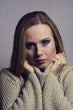 Arbeiten Sie Porträt Blondine um, die eine Rollkragenvertikale tragen Lizenzfreie Stockbilder