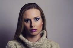 Arbeiten Sie Porträt Blondine um, die einen Rollkragen tragen Lizenzfreie Stockfotografie