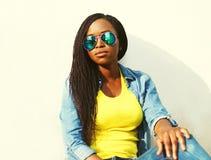 Arbeiten Sie Porträt der afrikanischen Frau in der Sonnenbrille über Weiß um Lizenzfreies Stockbild