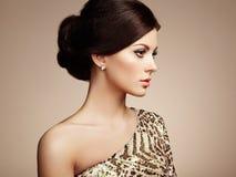 Arbeiten Sie Porträt der eleganten Frau mit dem ausgezeichneten Haar um Stockfoto
