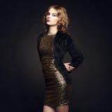 Arbeiten Sie Porträt der eleganten Frau mit dem ausgezeichneten Haar um Lizenzfreie Stockfotografie