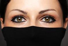 Arbeiten Sie Porträt der Frau mit verstecktem Gesicht mit schwarzem Polohals um Stockfotos