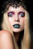 Arbeiten Sie Porträt der jungen Frau mit den blauen Lippen und nassem Augenlideffektstadiumsmake-up um Stockfotos