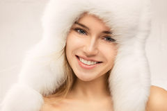 Arbeiten Sie Porträt der jungen schönen Frau um stockbild