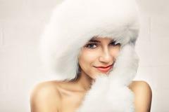 Arbeiten Sie Porträt der jungen schönen Frau um stockbilder
