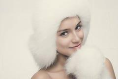 Arbeiten Sie Porträt der jungen schönen Frau um, die auf weißem backgr aufwirft Lizenzfreies Stockbild