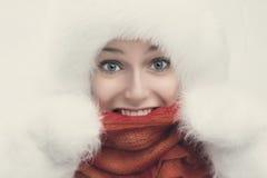 Arbeiten Sie Porträt der jungen schönen Frau um, die auf weißem backgr aufwirft Stockfotos