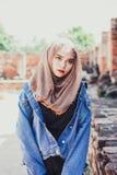 Arbeiten Sie Porträt der jungen schönen moslemischen Frau und der alten Backsteinmauer um Lizenzfreie Stockfotos