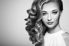 Arbeiten Sie Porträt der jungen Schönheit mit eleganter Frisur um Stockfoto