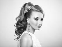 Arbeiten Sie Porträt der jungen Schönheit mit eleganter Frisur um Lizenzfreies Stockfoto