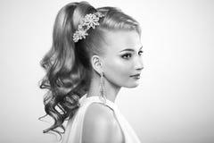 Arbeiten Sie Porträt der jungen Schönheit mit eleganter Frisur um Stockfotos