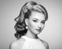 Arbeiten Sie Porträt der jungen Schönheit mit eleganter Frisur um Stockbild