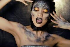 Arbeiten Sie Porträt der recht jungen Frau mit kreativem bilden wie eine Schlange um Lizenzfreies Stockbild