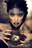 Arbeiten Sie Porträt der recht jungen Frau mit kreativem bilden wie eine Schlange um Stockfoto