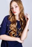 Arbeiten Sie Porträt der schönen jungen Frau mit dem blonden Haar um Mädchen in einem blauen Hemd und in den Jeans auf einem weiß Lizenzfreies Stockbild