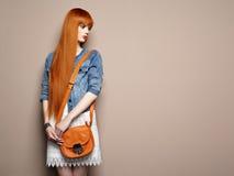Arbeiten Sie Porträt der schönen jungen Frau mit dem roten Haar um Lizenzfreie Stockfotografie