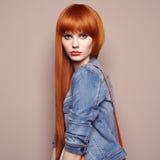 Arbeiten Sie Porträt der schönen jungen Frau mit dem roten Haar um Lizenzfreies Stockfoto