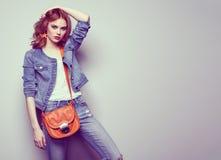 Arbeiten Sie Porträt der schönen jungen Frau mit Handtasche um Lizenzfreies Stockbild