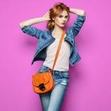 Arbeiten Sie Porträt der schönen jungen Frau mit Handtasche um Stockfotografie