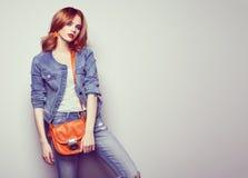 Arbeiten Sie Porträt der schönen jungen Frau mit Handtasche um Stockfotos
