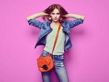 Arbeiten Sie Porträt der schönen jungen Frau mit Handtasche um Lizenzfreie Stockfotos