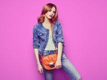 Arbeiten Sie Porträt der schönen jungen Frau mit Handtasche um Stockbild