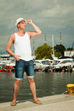 Arbeiten Sie Porträt des gutaussehenden Mannes auf Pier gegen Yachten um Lizenzfreies Stockbild