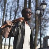 Arbeiten Sie Porträt des hübschen afrikanischen Mannes in der schwarzen Lederjacke um Lizenzfreies Stockfoto