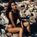 Arbeiten Sie Porträt des schönen Modells am Strand um Stockfoto