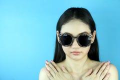Arbeiten Sie Porträt des schönen sinnlichen Mädchens mit hellem Make-up um lizenzfreie stockfotografie