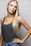Arbeiten Sie Porträt einer überzeugten und blonden jungen Frau um Stockbild