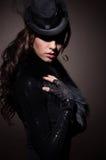 Arbeiten Sie Porträt einer Brunettefrau in der schwarzen Kleidung um stockfotos