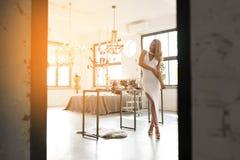 Arbeiten Sie Porträt einer jungen Frau in einem luxuriösen Innenraum um Lizenzfreies Stockfoto
