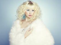 Arbeiten Sie Porträt einer jungen schönen blonden Frau um. Winterart Lizenzfreie Stockbilder