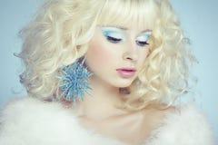 Arbeiten Sie Porträt einer jungen schönen blonden Frau um. Winterart Lizenzfreie Stockfotos