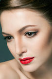 Arbeiten Sie Porträt einer schönen jungen Frau mit den roten Lippen um Stockbild