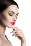 Arbeiten Sie Porträt eines jungen schönen Mädchens mit hellem Make-up um Lizenzfreie Stockfotografie