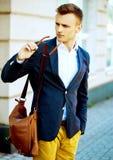 Arbeiten Sie Porträt eines jungen zufälligen Mannes um, der weg schaut Lizenzfreie Stockfotografie