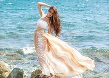 Arbeiten Sie Porträt eines Mädchens auf dem Meer um Lizenzfreie Stockfotos