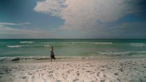 Arbeiten Sie Porträt eines Mädchens auf dem Meer um Lizenzfreie Stockfotografie