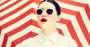 Arbeiten Sie Porträt eines schönen Mädchens mit den hellen gemalten Lippen um Stockbild