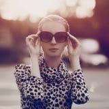 Arbeiten Sie Porträt hübsche Frau in der Sonnenbrille und im Kleid um stockbilder